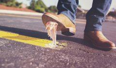 Kaugummi unter Schuh für Fallübungen